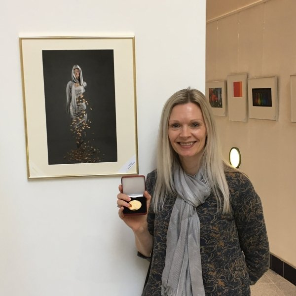 Kirsteen Titchener receiving the Royal Photographic Society Visual Art Gold Medal